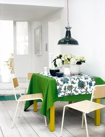 Un detalle verde en un comedor minimalista.