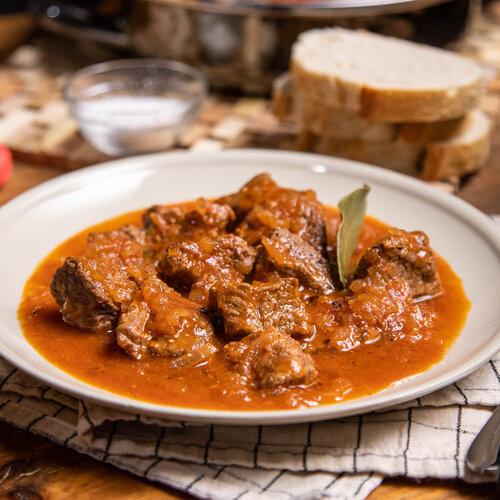 Carne con tomate, receta tradicional andaluza tan sencilla como deliciosa (con vídeo incluido)