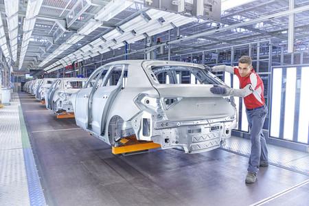 Coches eléctricos y miles de despidos: por qué las grandes marcas del motor cierran fábricas y dicen necesitar menos mano de obra