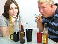 ¿Cuál podría ser la longitud máxima de una caña vertical para que se pueda beber un refresco con ella?