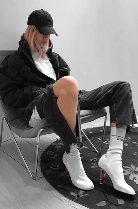 c59ff2204 Clonados y pillados  los botines tipo calcetín de Vetements ahora se  encuentran en Zara