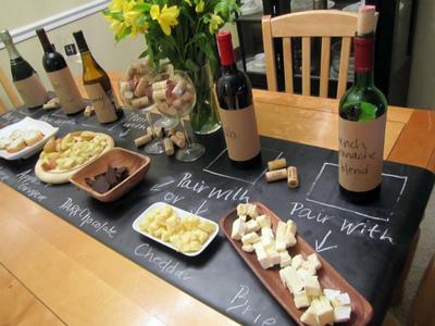 Hazlo tú mismo: un camino de mesa de pizarra para ayudar en una comida informal
