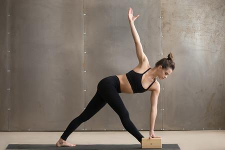 Así se usan los bloques de Yoga para facilitar las diferentes posturas o asanas
