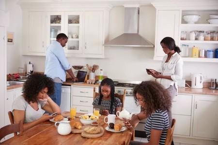 Los adolescentes piensan que sus padres son adictos al teléfono móvil, un mal ejemplo que dificulta las relaciones familiares