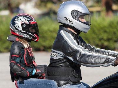 ¿Podemos llevar a los niños en moto? Sí, pero siempre que lo hagamos de forma correcta