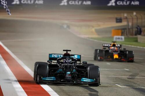 ¡Polémica! Max Verstappen le gana el duelo a Lewis Hamilton pero la FIA le obliga a dejarse pasar