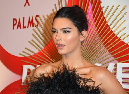 Así es el vestido de 139 euros con el que Kendall Jenner ha brillado en los premios Revolve en Las Vegas