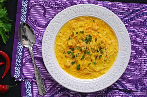 Sopa thai de fideos de arroz y gambas: receta melosa y aromática con un toque picante