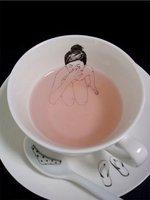 Una chica desnuda en mi taza de té