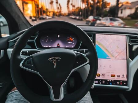 """Tesla lanza suscripción para la conducción autónoma total: 199 dólares al mes para que los Tesla """"manejen por si solos"""""""