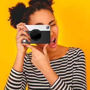 Esta cámara instantánea, al más puro estilo Polaroid, es ideal para las amantes de la fotografía analógica (y está rebajada a mitad de precio)