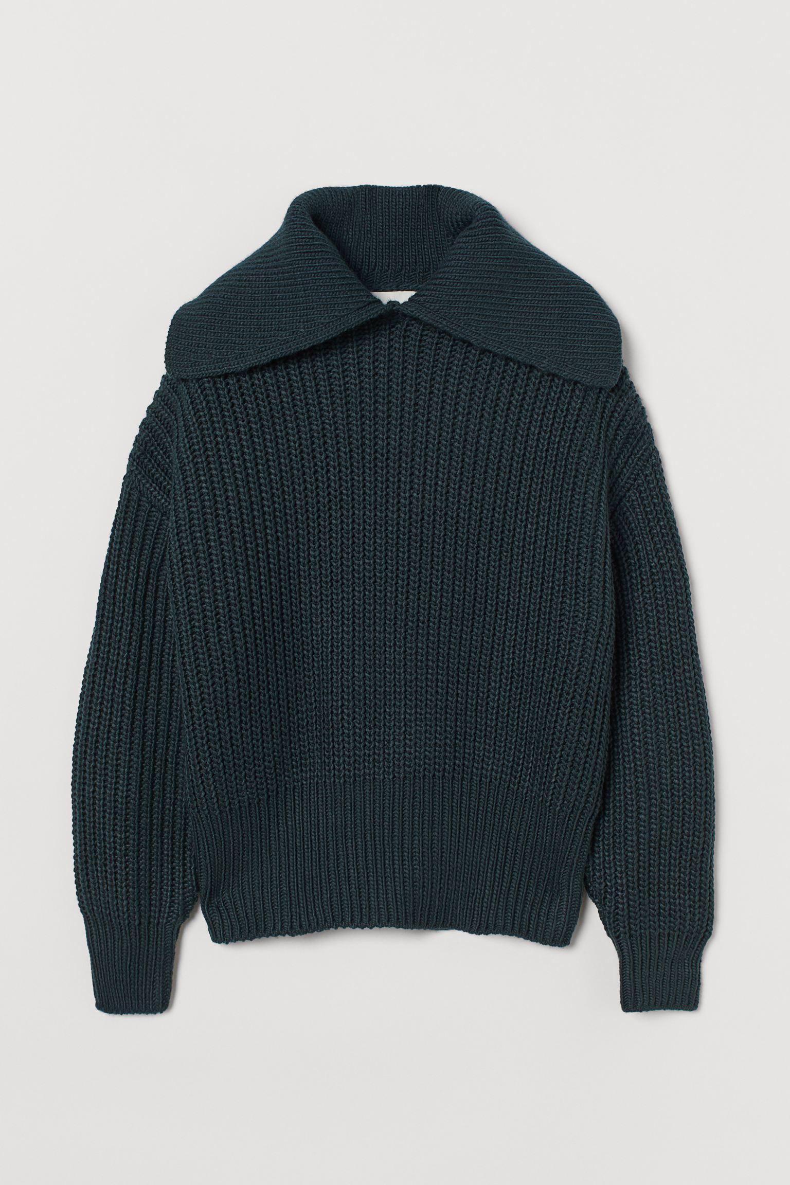 Jersey boxy en punto fino suave con lana en la trama. Modelo de corte relajado con cuello amplio, hombros caídos y remate de canalé en puños y bajo. Confeccionado con poliéster reciclado.