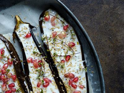 Berenjenas al horno con salsa de yogur y granada. Receta vegetariana