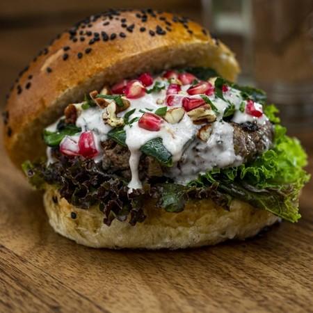 La amas o la odias: te presentamos la hamburguesa de chile en nogada