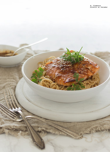 Salmón al horno con noodles y salsa de mirin. Receta rápida y sencilla