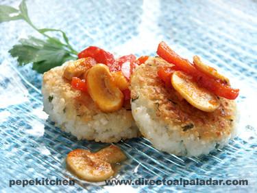 Receta vegetariana de hamburguesa de arroz con ragú de pimientos
