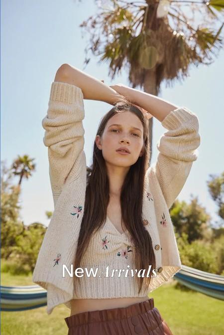 Pull & Bear se suma a la obsesión del Grupo Inditex y lanza su propia versión del famoso set de punto con flores bordadas