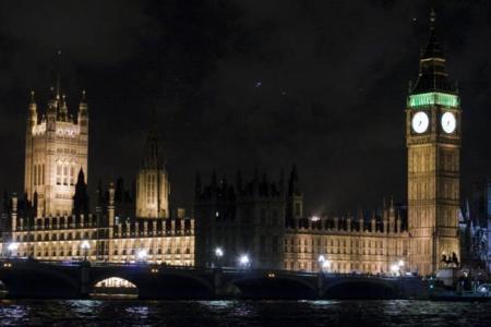 Reino Unido cambia de opinión: cuatro avisos (y nada más) para los que descarguen