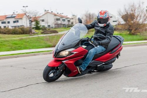 Probamos la Kymco Super Dink 350 TCS: un scooter para el carnet A2 cómodo, solvente y con control de tracción, por 5.199 euros