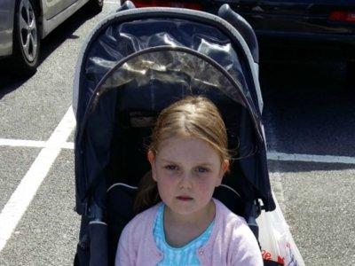 La gente la critica por considerar que su hija es mayor para ir en cochecito y ella se defiende así