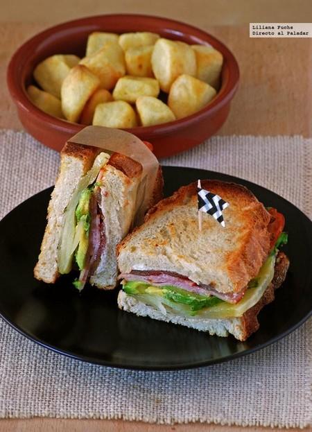 Sandwich De Aguacate Y Quesos Con Bacon De Pavo