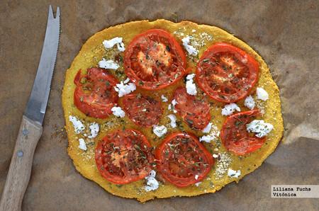 Coca de harina de garbanzos con tomate y queso de cabra: receta saludable sin gluten