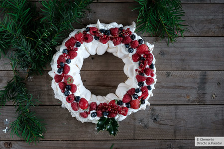 Corona de navidad con frutos rojos: la pavlova navideña que llenará de color tu mesa