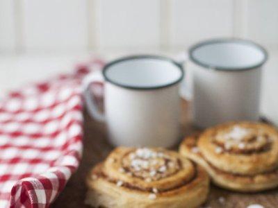 Receta tradicional de bollos de canela suecos o kanelbullar
