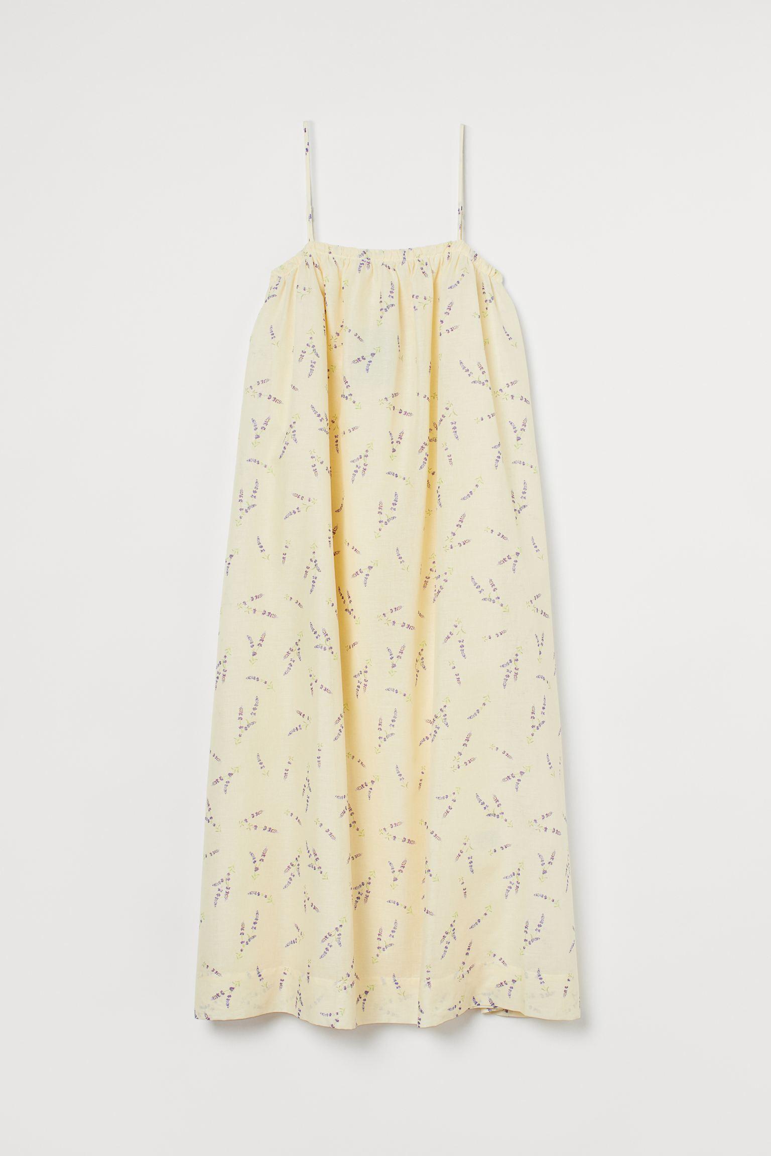 Vestido midi en tejido vaporoso. Modelo con tirantes finos ajustables, escote fruncido con elástico revestido detrás y falda evasé con volumen.