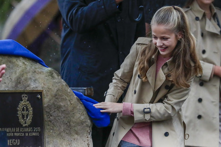 La princesa Leonor protagonista en su visita a Asiegu, Puebloe Ejemplar, y el trench la prenda estrella de los looks de Doña Letizia y sus hijas