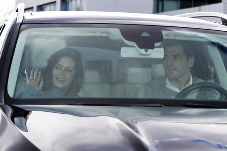 La imagen del día: Sara Carbonero recibe el alta médica y abandona el hospital de la mano de Iker Casillas