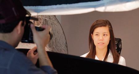 Cómo hacer retratos comerciales de forma fácil y económica usando reflectores