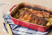 Costillar de cerdo asado con cebolla y patatas