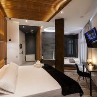 Cama flotante y jacuzzi con vistas, dos de los secretos de una suite de lujo en la Gran Vía de Madrid