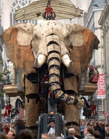 Un robot elefante paseándose por la calle