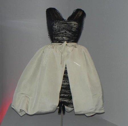 balenciaga vestido capa