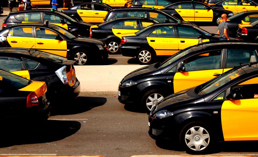 La Generalitat cede, los taxistas ganan: Cabify y Uber dejarán Barcelona tras el intercambio en la regulación