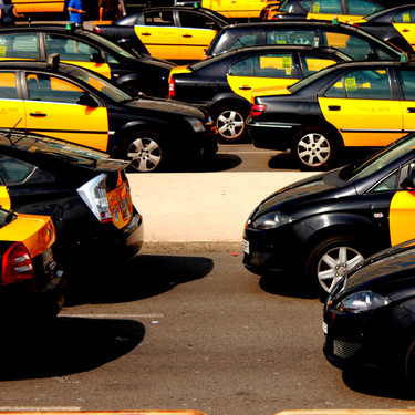 La Generalitat cede, los taxistas ganan: peligra el futuro de Cabify y Uber en Barcelona