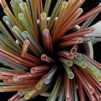 """Europa quiere prohibir los cubiertos, los bastoncillos y las pajitas de plástico: el futuro no es """"de usar y tirar"""""""