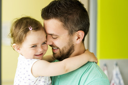 Nina Abrazando A Papa