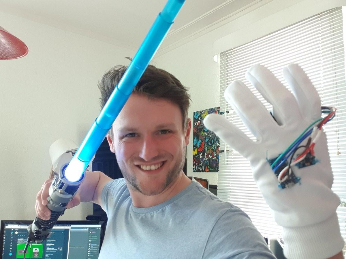 Un sable láser con control de movimiento y un guante para la 'Fuerza' hacen que jugar 'Star Wars: Jedi Fallen Order' sea increíble