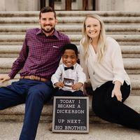 """""""Ya somos familia"""": un niño de cuatro años celebra su adopción y que pronto será el hermano mayor"""