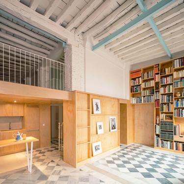 Este piso logra tener un aspecto moderno y juvenil, respetando la historia del edificio histórico de Granada en el que se ubica