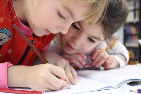 niñas-cole-escribir
