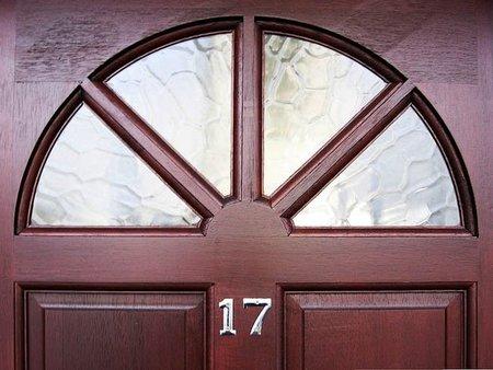 Una mujer da a luz frente al portal de su casa