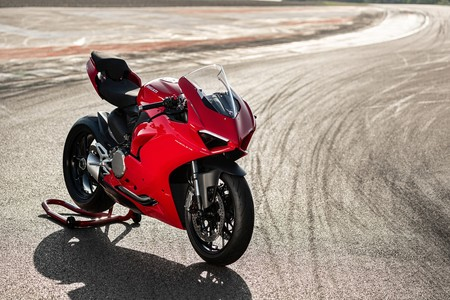 Ducati Panigale V2: las deportivas bicilíndricas siguen vivas con 155 CV y más tecnología que nunca