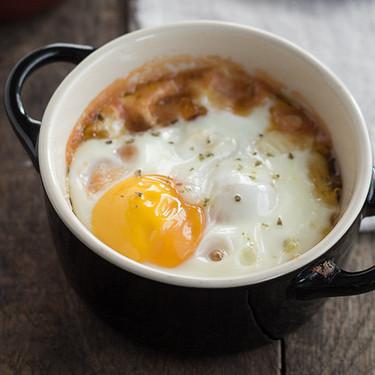 Huevos al horno con falso pisto y provolone, receta fácil y super rápida