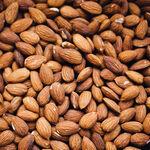 Redescubre la almendra, el fruto seco más popular: sus propiedades, usos en la cocina y cinco recetas para disfrutarla