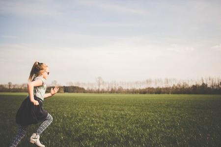 niña corriendo en el campo
