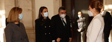 Doña Letizia recupera su abrigo negro más ideal para lucir durante todo el invierno